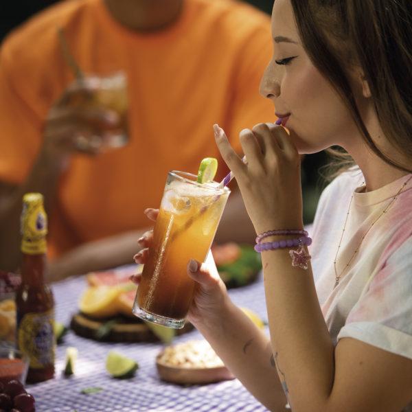 Joven femenina degustando de bebida preparada - Miche Mix